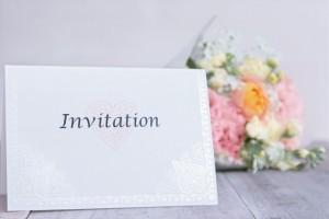 兄弟姉妹のご結婚おめでとうございます。 兄弟と別に暮らしていると招待状を郵送で受け取るというという方もいらっしゃることでしょう。 結婚式の招待状を返信する機会